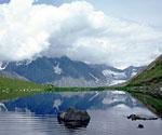 Озеро Равновесия. Над долиной реки Белая Берель. Вершина Белухи очень часто укрыта облаками.