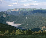 Долина реки Уруштен. На дальнем плане хребет Скирда.