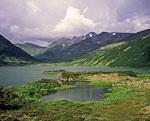 Озеро Дальнее у Бакенинга. С юга в озеро вдаётся большой каменистый мыс, поросший растительностью и образующий живописные полуострова и заливы. Это часть лавового потока, излившегося многие века назад из расположенного поблизости вулкана Ново-Бакенинг.