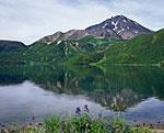 Озеро Медвежье в районе потухшего вулкана Бакенинг. Из этого озера начинается река Средняя Авача, являющаяся одним из истоков реки Авача, впадающей в океан поблизости от Петропавловска-Камчатского. Здесь вид от северного берега озера на Бакенинг.