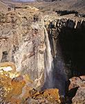 Мутновка щедра своими чудесами и удивляет не только тем, что можно увидеть в кратере. Поблизости от тропы к кратеру можно увидеть живописный водопад в каньоне Опасный.