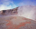 Вулкан Горелый. У кратера с кислотным озером. В грязевых выбросах произошла некая цветная адсорбция вещества, выразившаяся в причудливом узоре красного цвета.