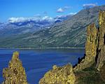 На мысе Таран, неподалёку от маяка, там, где кончается коса, есть удобный подъём на горный гребень, и там же живописный скалистый комплекс останцев на склоне. Эти останцы участвовали во многих сюжетах. На дальнем плане самые высокие горы полуострова.