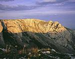Обрыв Караби-Яйлы в закатном свете уходящего солнца. Неподалёку от горы Кара-Тау.
