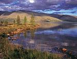 Озеро Момонтай в полутора километрах от базы по западному берегу. На противоположном берегу гора Момонтай. Закатное солнце довольно часто дарило красивое освещение и необычные состояния.