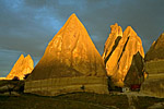 Перибаджалары – земляные пирамиды, так называют в Каппадокии эти удивительные природные сооружения. В лучах закатного солнца перибаджалары горят будто факела.