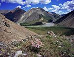 Первые километры Омулёвки в Омулёвском среднегорье. На дальнем плане долина левого притока под названием Казбек.