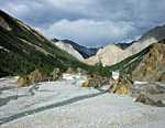 Казбек – правый приток Омулёвки. Здесь в русле реки образовались скалистые острова.