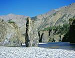 Этот останец, стоящий прямо в реке, можно признать визитной карточкой Омулёвки.
